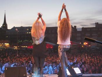 sanne and me infront of this gigantic crowd
