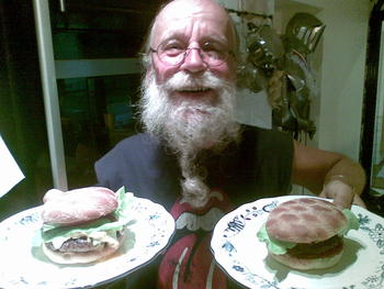 Sigge Viking is a big fan of my burgers.. Do you recognize the armor in the background from one of the best Euro-Albums on earth?