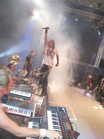 Daniel Palm - the keyboardking, Habo - the drummer from he..eaven, Pyro-per the legend, Band chief Dereborn in the back, and little silly me preparing for yet another knee jumping - a great way to not be able to go when I get old .. eh? older